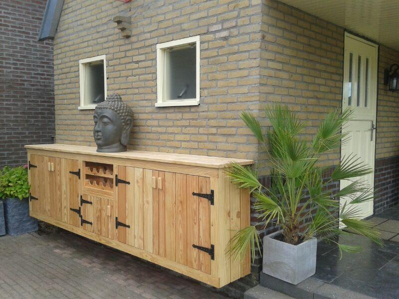 Douglas houten buitenkeuken met wijnrek op maat gemaakt