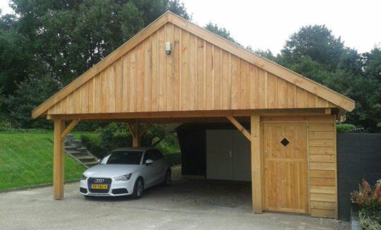 Ruime houten carport met fietsenschuurtje