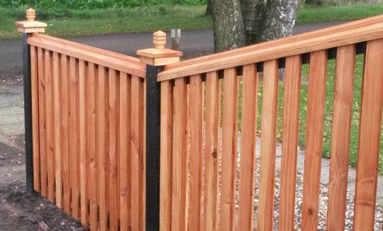 Aflopende schutting op maat van Douglas hout